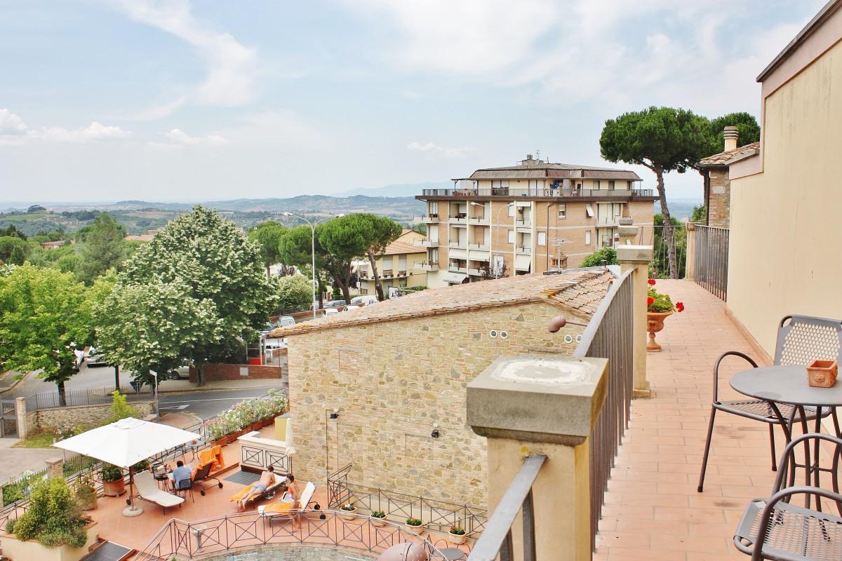 Emma Victoria Stokes Una Palazzo Mannaione Balcony