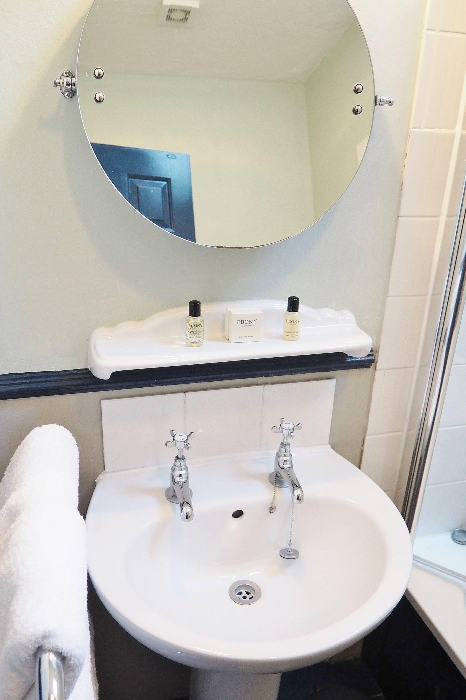 Emma Victoria Stokes The White Horse Duns Tew Bathroom Sink