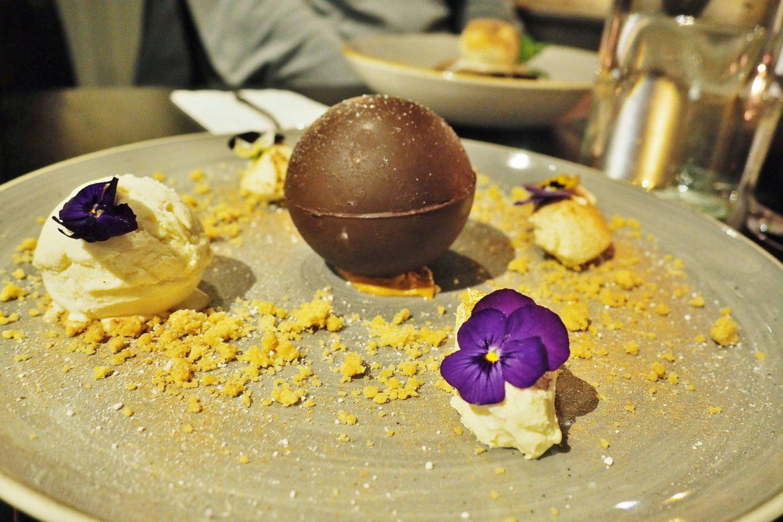 MELTING CHOCOLATE & PEANUT BOMB