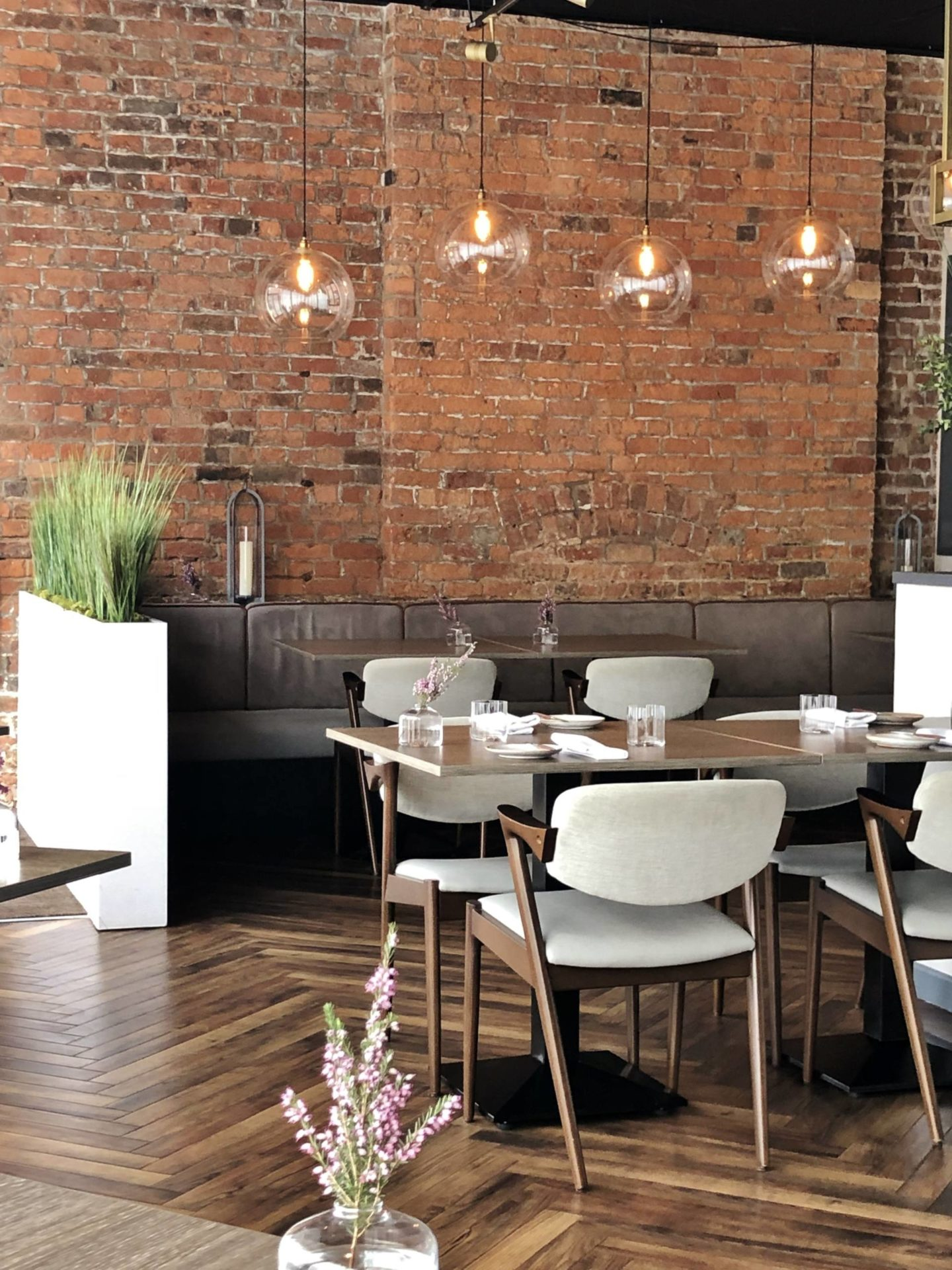 Folium restaurant brick walls tables glassware